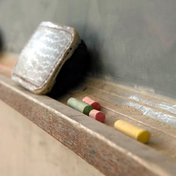 課題の正答数・ねむけ感などに変化 ー 小学校授業に「立ち姿勢」を導入、その結果は?